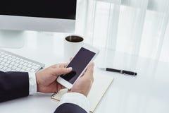 Homme d'affaires travaillant avec les dispositifs modernes, l'ordinateur et le pho mobile photos stock