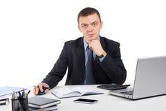 Homme d'affaires travaillant avec les documents et l'ordinateur portable Image libre de droits