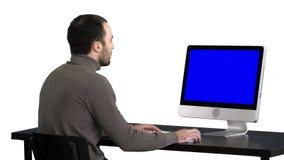 Homme d'affaires travaillant avec un ordinateur, fond blanc Affichage de maquette de Blue Screen banque de vidéos