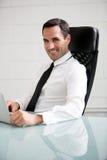 Homme d'affaires travaillant avec un ordinateur portable Photographie stock libre de droits