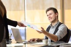 Homme d'affaires travaillant avec un travail d'équipe au bureau Image stock
