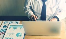 Homme d'affaires travaillant dans la chambre de bureau et à l'aide de l'ordinateur portable photo stock