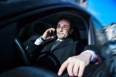 Homme d'affaires travaillant dans la voiture, jour, extérieur Photo stock