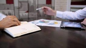 Homme d'affaires travaillant dans le bureau avec les diagrammes banque de vidéos