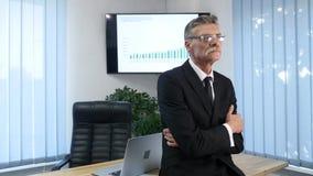 Homme d'affaires travaillant dans le bureau devant le bureau Images stock