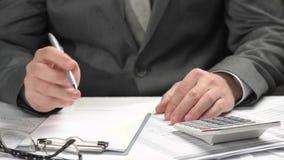 Homme d'affaires travaillant dans un bureau Mains et plan rapproch? de documents clips vidéos