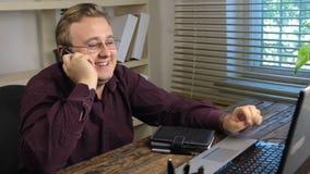 Homme d'affaires travaillant et recevant un appel d'arrivée à un téléphone portable banque de vidéos