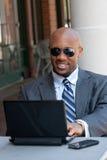Homme d'affaires travaillant sans fil Image stock