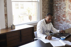 Homme d'affaires travaillant sur l'ordinateur dans le bureau photographie stock libre de droits