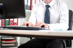 Homme d'affaires travaillant sur l'ordinateur de bureau image libre de droits