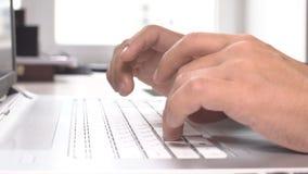 Homme d'affaires travaillant sur l'ordinateur de bureau et dactylographiant sur le clavier au bureau dans l'intérieur lumineux mo clips vidéos