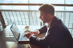 Homme d'affaires travaillant sur l'ordinateur, lisant l'email en ligne photos libres de droits