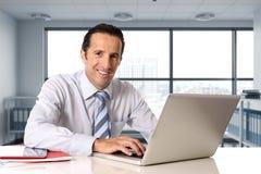 Homme d'affaires travaillant sur l'ordinateur portable d'ordinateur se reposant au bureau semblant sûr Image libre de droits