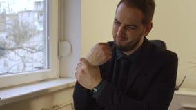 homme d'affaires travaillant sur l'ordinateur portable en douleur de poignet de bureau clips vidéos