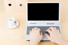 Homme d'affaires travaillant sur l'ordinateur portable sur la table en bois brune W de lieu de travail Photo stock