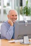 Homme d'affaires travaillant sur l'ordinateur portatif Photo stock