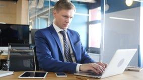 Homme d'affaires travaillant sur le nouveau projet, se reposant dans le bureau Image stock