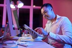 Homme d'affaires travaillant sur le PC de comprim? au bureau image stock