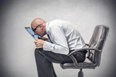 Homme d'affaires travaillant sur son ordinateur portable images stock
