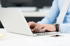 Homme d'affaires travaillant sur un ordinateur portable Image stock