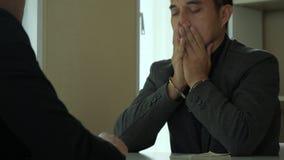 Homme d'affaires triste dans des menottes, argent disparaissant de la table, fraudes de corruption banque de vidéos