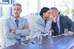 Homme d'affaires triste regardant toujours tandis que ses collègues parle Photos stock