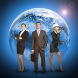 Homme d'affaires trois se tenant sur le fond de Images stock