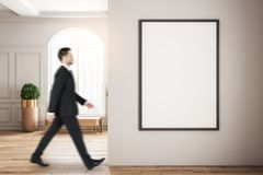 Homme d'affaires trouble marchant dans l'intérieur image stock