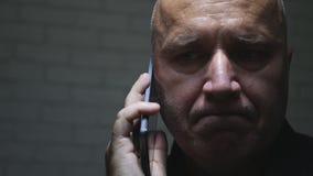 Homme d'affaires Trying de renversement pour faire un appel téléphonique utilisant le mobile photos stock