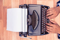 Homme d'affaires Typing On Typewriter photographie stock libre de droits