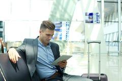 Homme d'affaires Using Digital Tablet dans le salon de départ d'aéroport Photos libres de droits