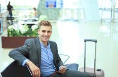 Homme d'affaires Using Digital Tablet dans le salon de départ d'aéroport Photo libre de droits