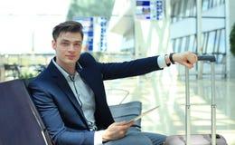 Homme d'affaires Using Digital Tablet dans le salon de départ d'aéroport Photo stock