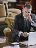 Homme d'affaires Using Laptop Photos libres de droits