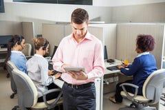 Homme d'affaires Using Tablet Computer au centre d'appels images stock