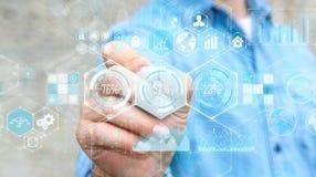 Homme d'affaires utilisant des données d'hologrammes sur les écrans numériques avec un stylo Photo stock