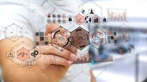Homme d'affaires utilisant des données d'hologrammes sur les écrans numériques avec un stylo Image libre de droits