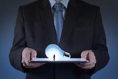 Homme d'affaires utilisant l'élevage de tablette Photo libre de droits