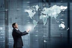 Homme d'affaires utilisant l'application mobile Photographie stock