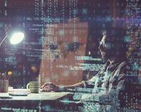 Homme d'affaires utilisant l'ordinateur la nuit Photos libres de droits