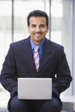 Homme d'affaires utilisant l'ordinateur portable à l'extérieur Images libres de droits