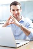 Homme d'affaires utilisant l'ordinateur portable Images stock