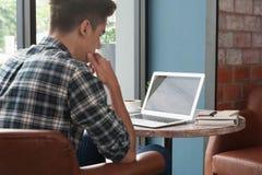 Homme d'affaires utilisant l'ordinateur portable avec le comprimé et stylo sur la table en bois dedans Photos libres de droits
