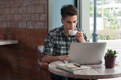 Homme d'affaires utilisant l'ordinateur portable avec le comprimé et stylo sur la table en bois dedans Photo libre de droits