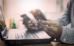 Homme d'affaires utilisant l'ordinateur portable et le téléphone portable aux achats en ligne illustration stock