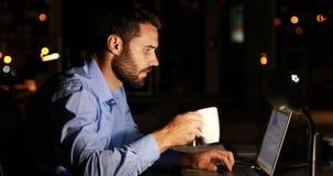 Homme d'affaires utilisant l'ordinateur portable la nuit banque de vidéos