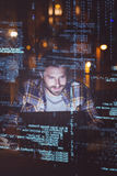 Homme d'affaires utilisant l'ordinateur portable la nuit Photos libres de droits