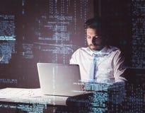 Homme d'affaires utilisant l'ordinateur portable la nuit Images libres de droits