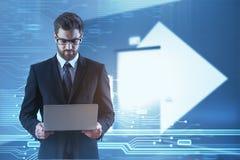 Homme d'affaires utilisant l'ordinateur portatif images libres de droits