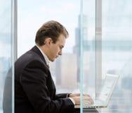 Homme d'affaires utilisant l'ordinateur portatif Image stock